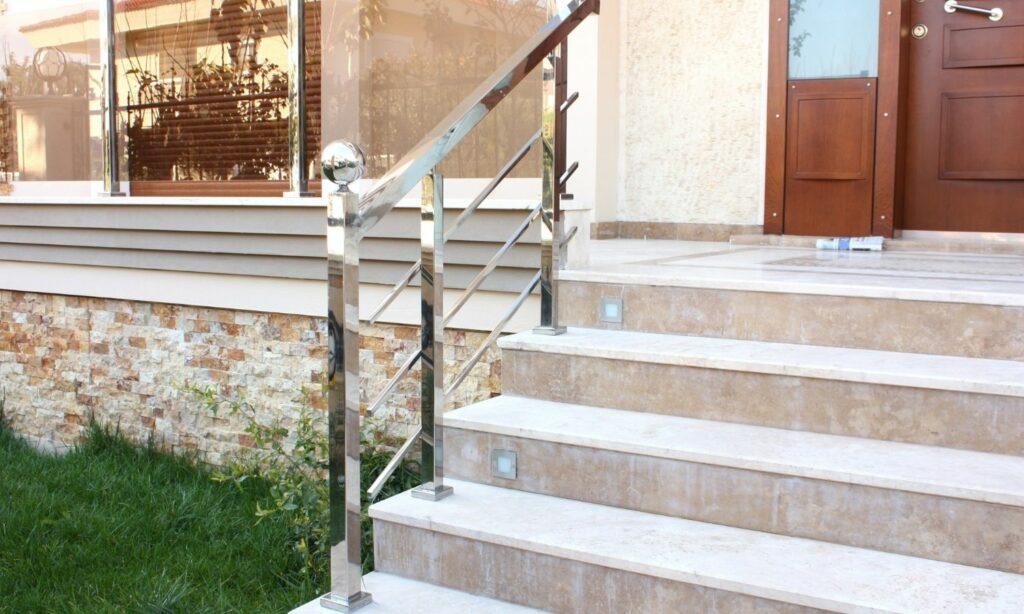 Villa con escaleras en piedra